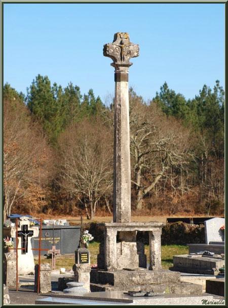 La croix du cimetière entourant l'église Saint Pierre de Mons à Belin-Beliet (Gironde)