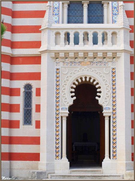 Chapelle Algérienne, façade, le porche d'entrée et l'autel en fond,  Village de L'Herbe, Bassin d'Arcachon (33)