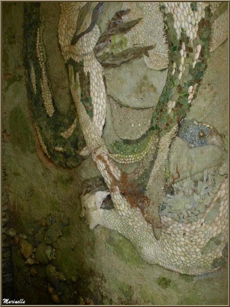 La Grotte Italienne et ses personnages marins en coquillages (mur droit) - Les Jardins du Kerdalo à Trédarzec, Côtes d'Armor (22)