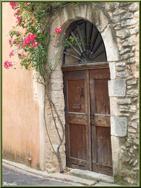 Porte ancienne au rosier - Goult, Lubéron - Vaucluse (84)