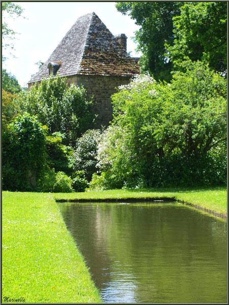 Le Canal avec son bassin et vue sur le Manoir - Les Jardins du Kerdalo à Trédarzec, Côtes d'Armor
