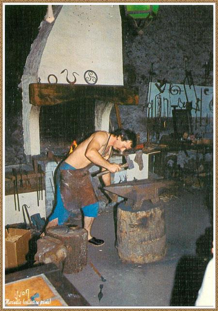 Gujan-Mestras autrefois : le forgeron au Village Médiéval d'Artisanat d'Art de La Hume, Bassin d'Arcachon (carte postale, collection privée)