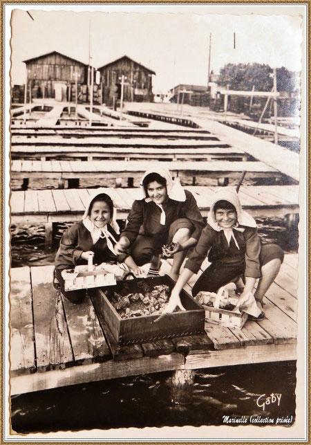 Gujan-Mestras autrefois : Folklore, fillettes en tenue locale au triage des huîtres sur une passerelle de réservoir, Bassin d'Arcachon (carte postale, collection privée)