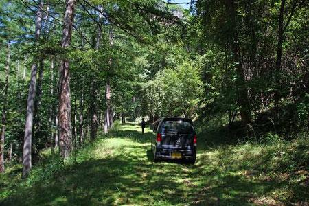 林道の真ん中に無人の車があって通れない