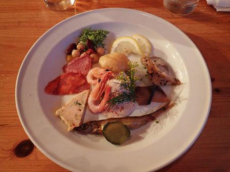 アボカドサラダと魚介類の盛り合わせ