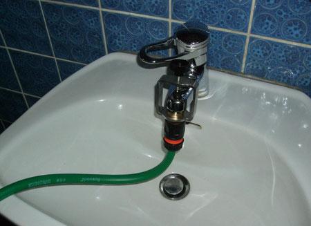 Schlauchanschluss am Waschbecken