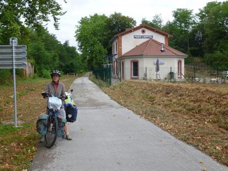 """Gare de Paris L'Hopital, """"Tout le monde descend !"""" sur la piste cyclable près de Nolay"""