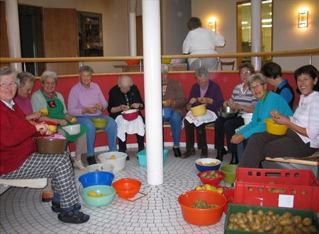 Arbeitseinsatz der Kolpingfrauen: Zentnerweise Kartoffelsalat fürs Oktoberfest