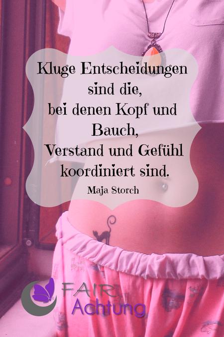 """Auf dem Bild ist der Bauch einer jungen Frau in gemütlicher Kleidung zu sehen. Darauf steht: """"Kluge Entscheidungen sind die, bei denen Kopf und Bauch, Verstand und Gefühl koordiniert sind."""" von Maja Storch"""