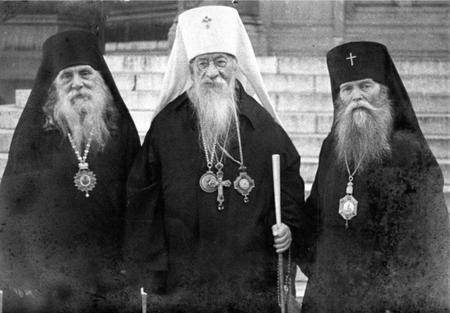 Metropolit  Evlogius mit Erzbischof Vladimir von Nizza (rechts) und Bischof Sergej von Prag (links)