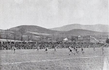 Altzarrate se inauguró el 16 de septiembre de 1945 con un partido de Liga entre el Villosa y el Atxuri. En la imagen se puede ver la grada principal a rebosar y sin cubrir, con el frontón detrás.