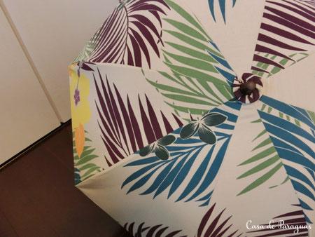 この日傘は、フラダンス用スカートをリメイクした生地にUVカット接着芯を貼っています。