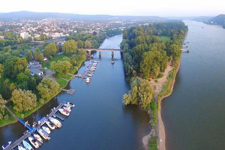 Die Insel Grafenwerth bietet Tennisplatz, Minigolf, Freibad und schöne Grünanlagen mitten in Bad Honnef