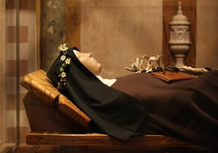 S.Claras Leichnam im Glasschrein in der Krypta der Kirche S. Chiara in Assisi