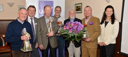 Ehrung für UBV-Urgesteine (v.l.): Richard Hack, Jürgen Dölfel, Ernst Spiegel, Dr. Hans Koll, Helmut Wagner (stellvertretend mit den Blumen für Hildegard Schuster), Dieter Lupp und Renate Mooseder.