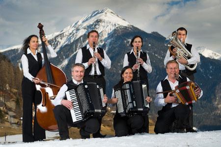 Huusmusig Kollegger 2013, v.l. stehend: Irene, Andy, Bernadette, Thomas. Vorne: Martin, Monika und Beat (Bild: Yannik Andrea)