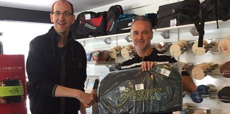Andreas Kopriva überreicht Bernd Öhler die neue Asics-Tasche im Go Sports-Shop auf der Schmelz in Wien.
