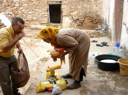 Lebensmittelübergabe an Notleidende