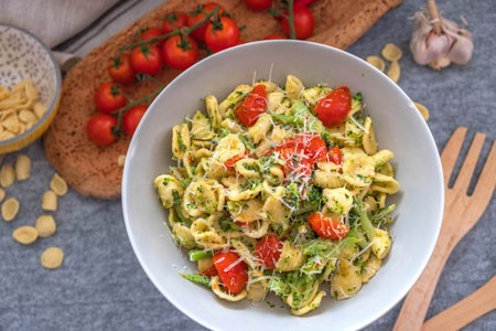 Pasta with tomatoes and broccoli
