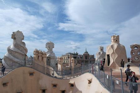 Ausblick von der Dachterrasse der Pedrera mit seinen geschwungenen Türmen.