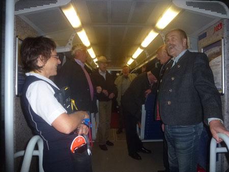 Während die Sänger für die Schaffnerin einen Jodler anstimmten, suchte der Reiseleiter eifrig nach der Fahrkarte.