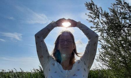 Stefanie Anna Kremser Urkraftwunder Yoga Coaching Sound Healing Visionärin Yogalehrerin Coach Körper Geist Seele Meditation Kurse Workshops Onlinekurs Retreats Circles Transformationsfeld