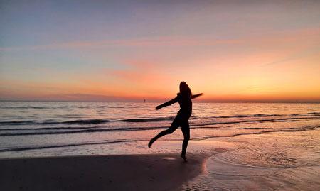 Stefanie Anna Kremser Urkraftwunder Yoga Coaching Sound Healing Visionärin Yogalehrerin Coach Körper Geist Seele Meditation Kurse Workshops Onlinekurs Retreats Circles Feier dich