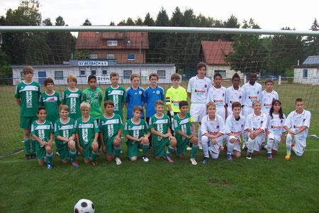 Die beiden Mannschaften. In Grün die D-Jugend des FC 08 Homburg.