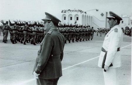 Los Generales López Valencia y Latorre Alcubierre pasando revista a las tropas en Sidi-Ifni en marzo de 1959 FOTO MARTÍNEZ