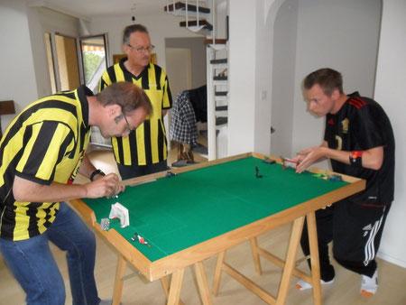 Knut Asmis vom TKC Mutz Bern (links) und Jan Pedersen trennten sich 2:2 unentschieden. Schiedsrichter Werner Stalder verfolgt das Geschehen auf dem grünen Filz aufmerksam.