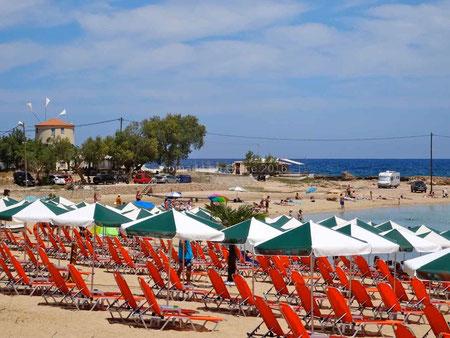 Le camping-car sur la plage de Stavros, à gauche le moulin et la taverne.