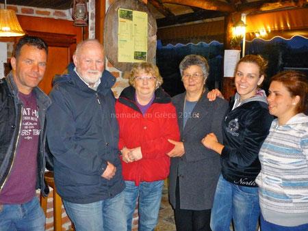 Photo-souvenir avec les propriétaires du camping Arbi Pogradec Albanie