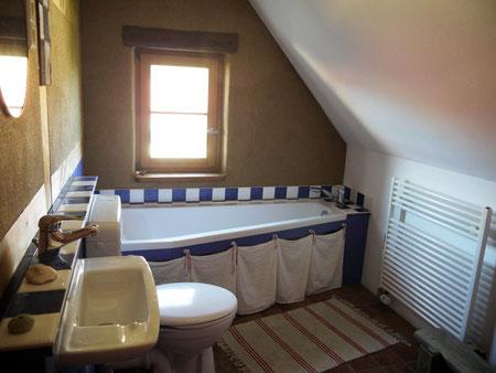 Das Badezimmer im Obergeschoß mit Badewanne