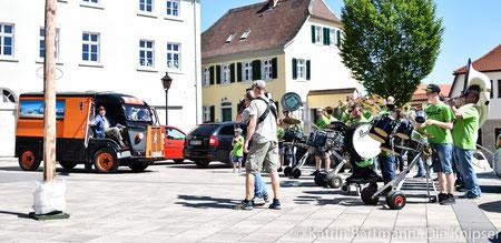 """Mit dem  Lied """"Sex on Fire"""" wurde der Trödelbus auf dem Marktplatz in Bechtheim von den """"Wingertsgeischdern"""" empfangen."""