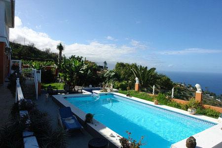 Pool der Finca mit Blick auf das Meer.