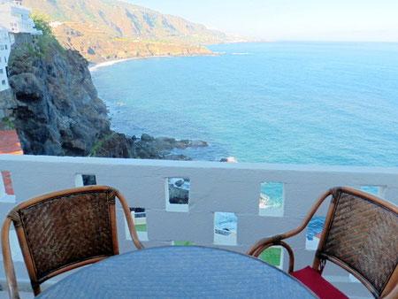 Blick vom Balkon der Immobilie auf die Steilküste bei La Romantika im Norden von Teneriffa.