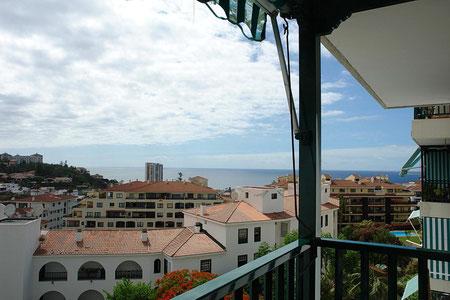 Blick vom grün gestrichenen Balkon auf die Dächer von La Paz.