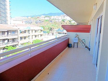 Blick in das Umland von der Wohnung mit Einkaufszentrum und Berge