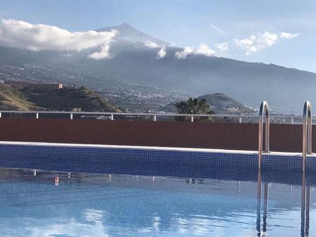 Vom Poolbereich schaut  man zum Teide über das Orotava-Tal hin weg.