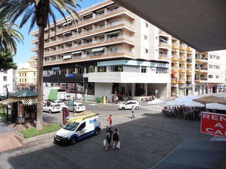Blick auf den Anfang des Plaza de Charco, mit seinem Taxistand, in Puerto de la Cruz.