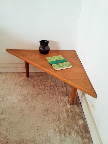 Table basse d'angle chêne vintage tripode