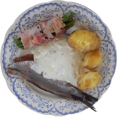 Matjes mit Fischhuus Hausfrauensoße, Pellkartoffeln und Bohnen im Speckmantel