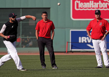 David Price esegue una sezione di Long Toss sotto gli occhi del manager dei Boston Red Sox John Farrell  (Photo by Barry Chin/Boston Globe via Getty Images)