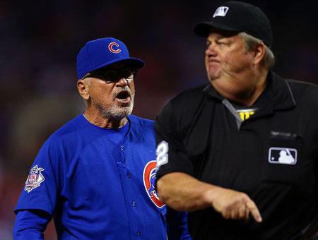 Nella foto Joe Maddon contesta e viene espulso (MLB.com)
