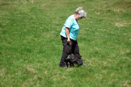 Lady läuft Slalom zwischen den Beinen