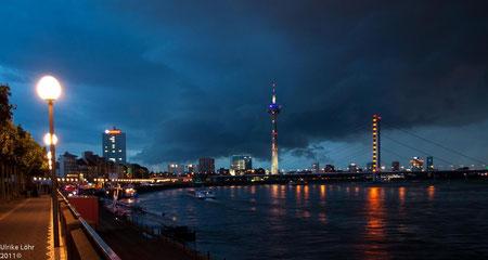 Düsseldorf Rheinpanorama bei Nacht