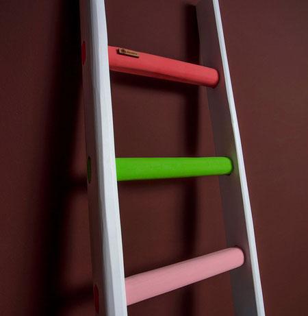 Scala a pioli in legno arcobaleno