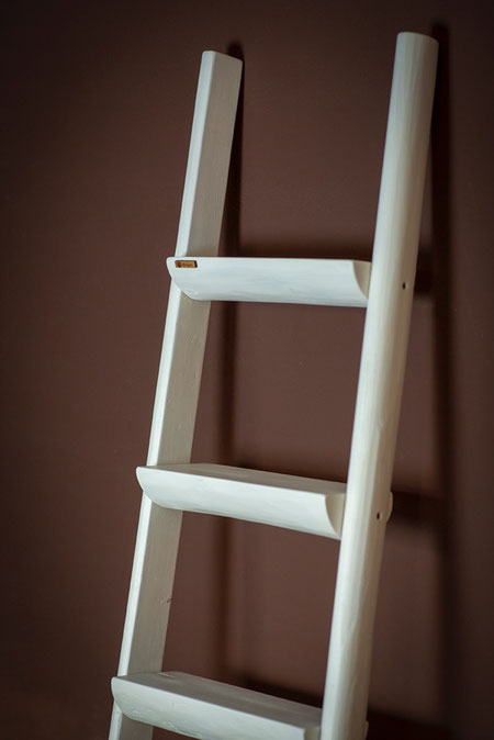 Scala a pioli con mensole colorata di bianco - wood ladder with shelves colored in white