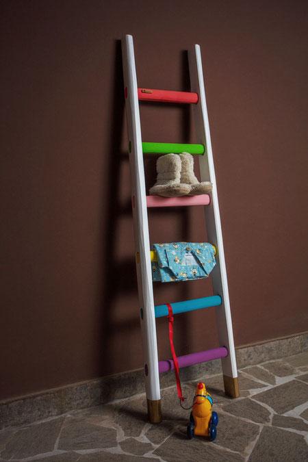 Scala a pioli in legno con i colori dell'arcobaleno