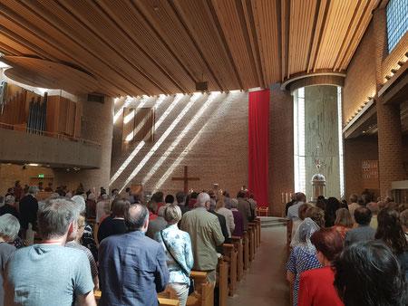 Die Gemeinde kommt von weit zusammen: Pfingstmesse in St.Eugenia in Stockholm